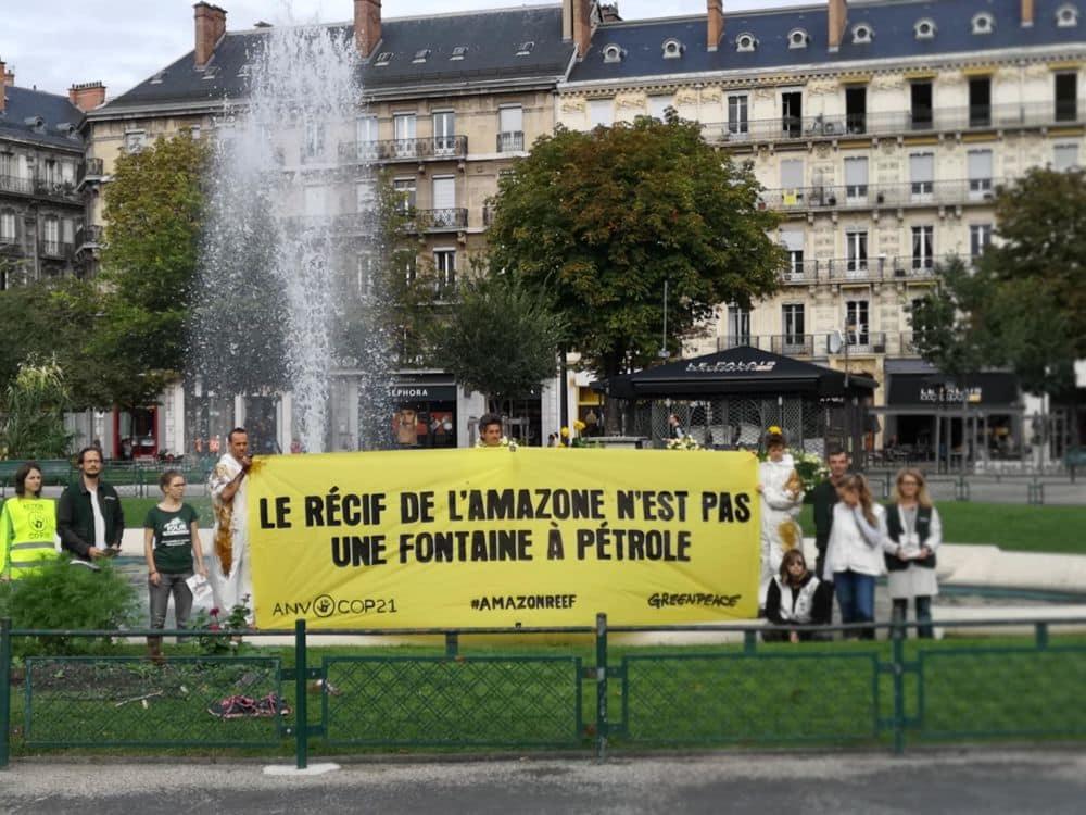 Une banderole déployée devant la fontaine de la place Victor-Hugo de Grenoble © Joël Kermabon - Place Gre'net