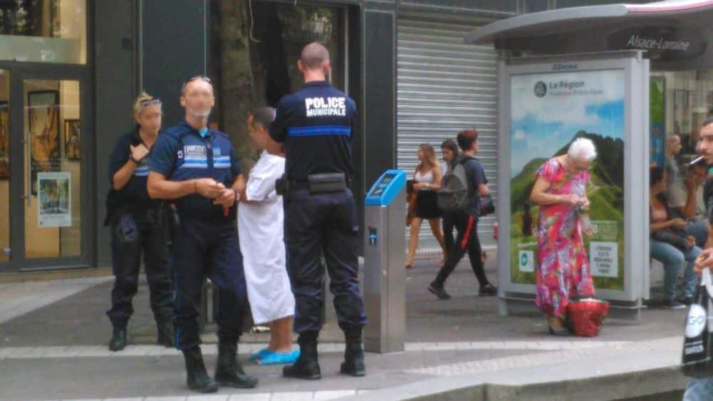"""Le patient """"fugueur"""" a été pris en charge par les policiers municipaux © Muriel Beaudoing - Place Gre'net"""