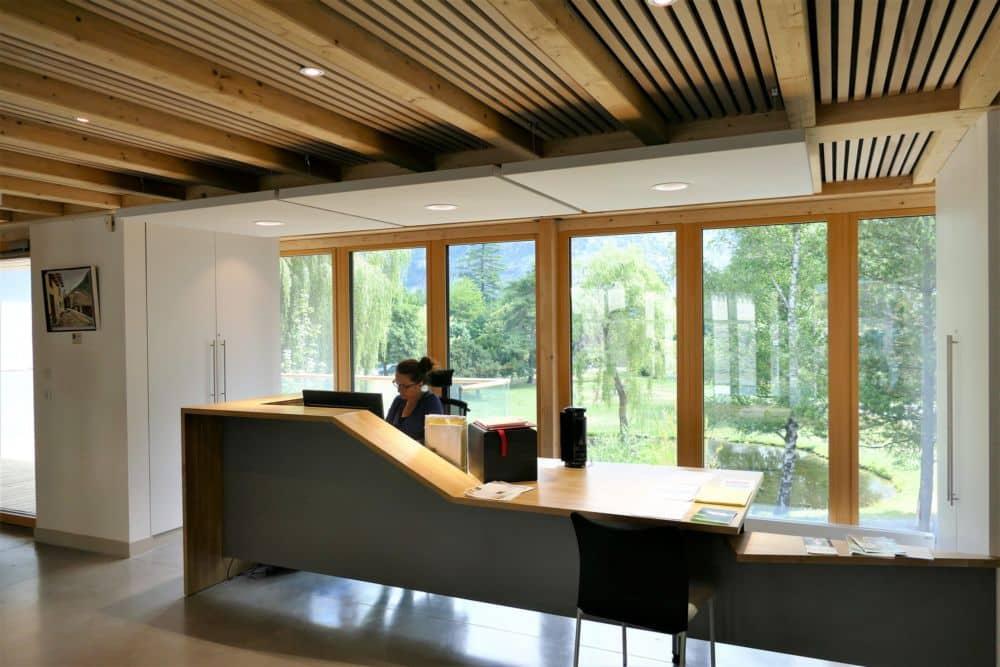 La Communauté de communes de l'Oisans va inaugurer son nouveau siège à Bourg-d'Oisans, labellisé Bepos et lauréat du Prix construction bois 2018.Un hall d'accueil commun à la Communauté de communes de l'Oisans et à la mairie du Bourg d'Oisans © CC Oisans
