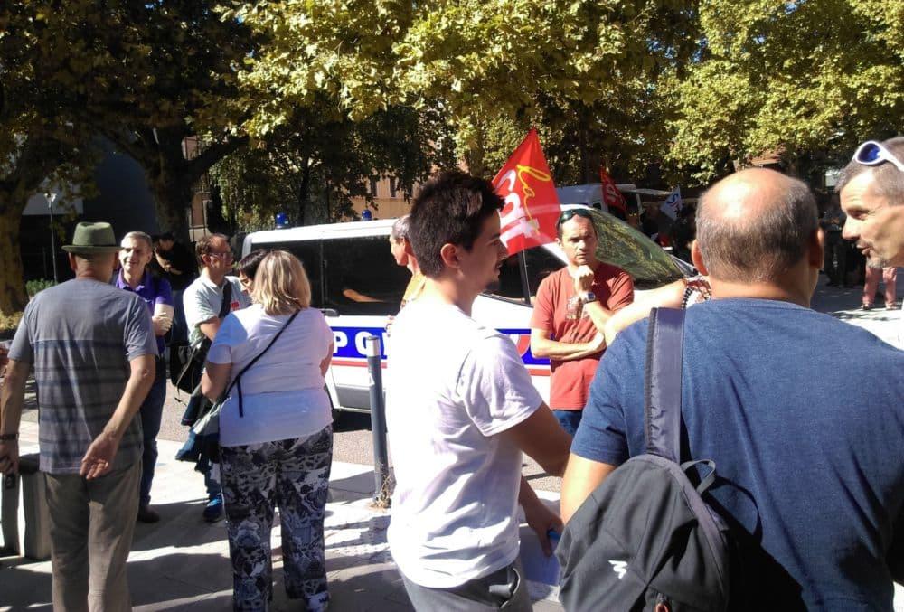Malgré une affluence modérée devant le Rectorat, la police était très présente pour surveiller les manifestants © Florent Mathieu - Place Gre'net