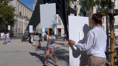 La chorégraphe Anne Collod, a rejoué dans les rues de Grenoble la performance Blank placard dance imaginée en 1967 par l'artiste américaine Anna Halprin© Joël Kermabon - Place Gre'net