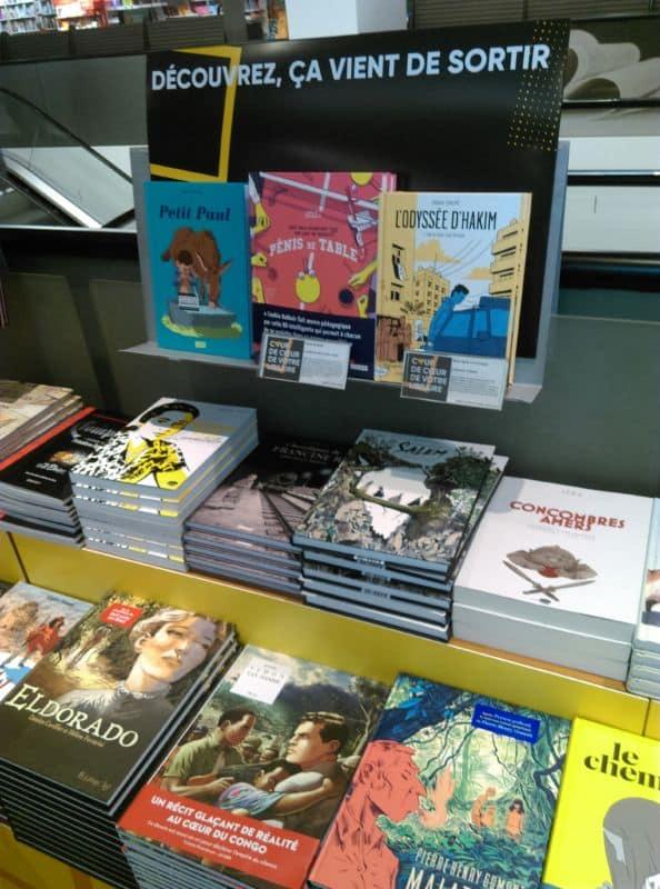 À la Fnac Victor-Hugo, le jeudi 27 septembre, l'ouvrage est accessible aux plus jeunes et peut être feuilleté. Loin des préconisations mêmes de l'éditeur, qui vend l'ouvrage sous blister. © Florent Mathieu - Place Gre'net