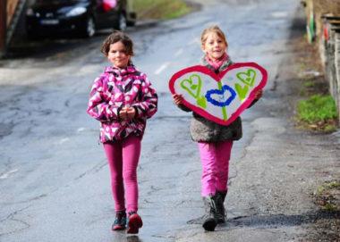 Les enfants viennent sur le parcours pour encourager les coureurs transplantés et leur remettre leurs réalisations. © Trans-Forme