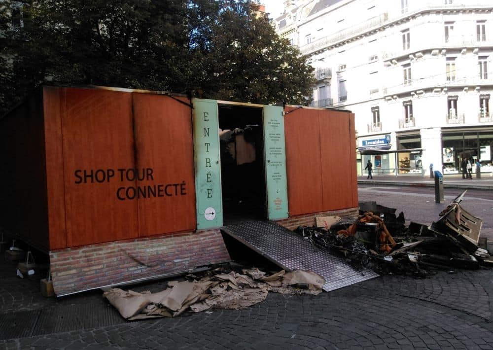 Le Shop Tour connecté incendié rue Félix-Poulat à Grenoble © Florent Mathieu - Place Gre'net