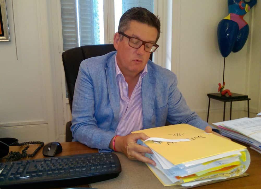 Me Thierry Aldeguer face à l'épais dossier de son client Serge Dufoulon © Florent Mathieu - Place Gre'net
