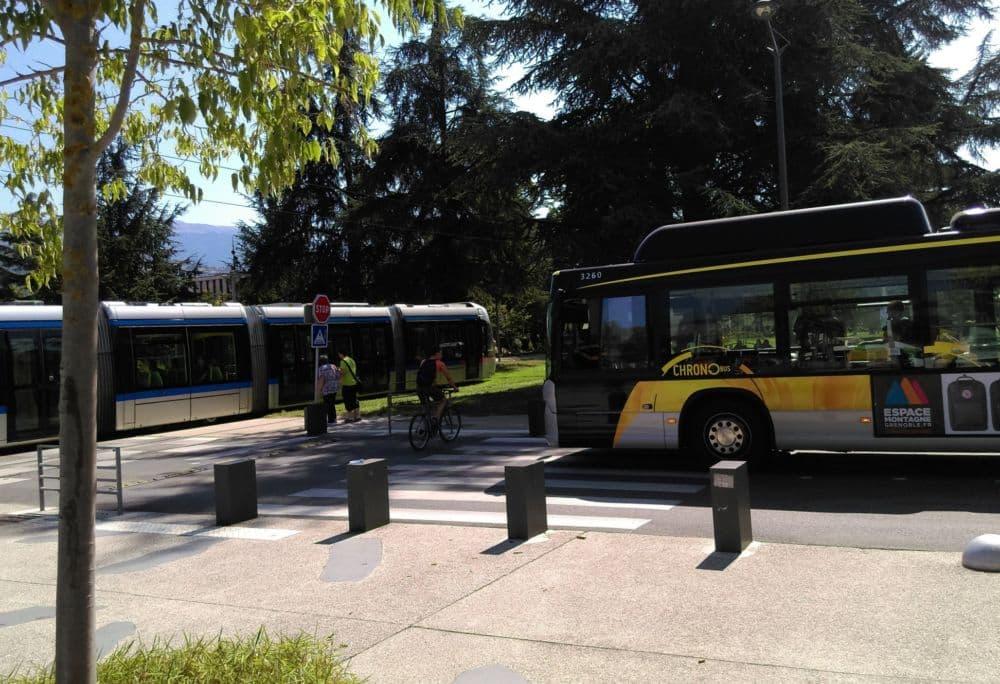 Tram et bus se croisent sur le campus de Saint-Martin d'Hères. Les transports comptent parmi les points forts de Grenoble © Florent Mathieu - Place Gre'net