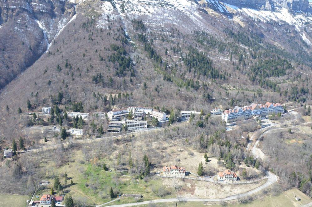Vue aérienne du complexe hospitalier de Saint-Hilaire-du-Touvet avant démolition © Préfecture de l'Isère
