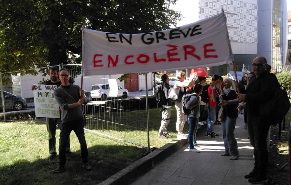 Des enseignants en grève (en réalité en débrayage) et en colère © Florent Mathieu - Place Gre'net
