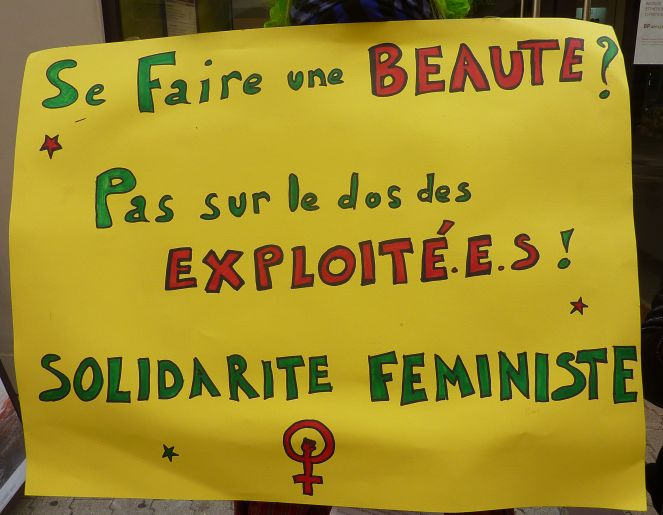Action Yves Rocher Panneau brandi durant l'action devant la boutique Yves Rocher de Grenoble en solidarité des salariées de Flormar. DR