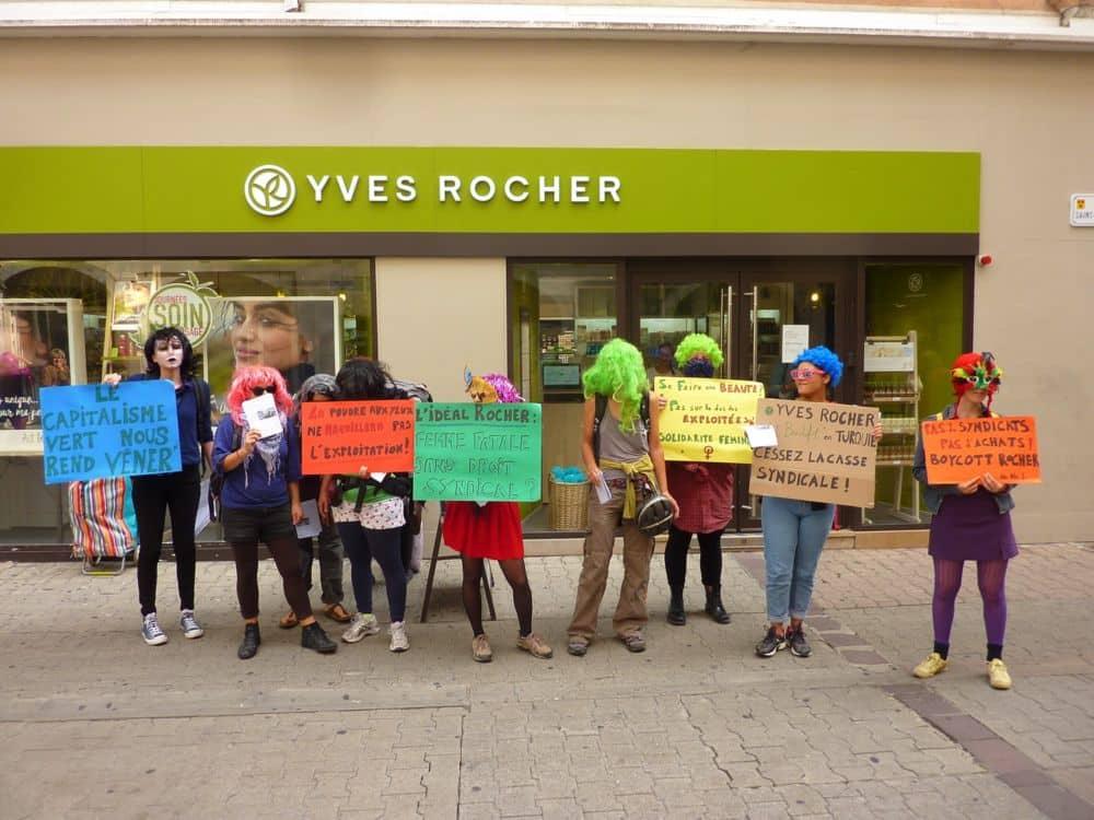Action du 29 septembre devant la boutique Yves Rocher. DR