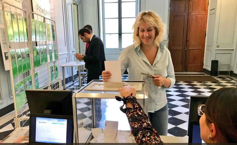 Émilie Chalas inaugure un cycle de permanences mobiles sur les places et marchés de sa circonscription. Emilie Chalas votant au budget participatif 2018 Crédit DR
