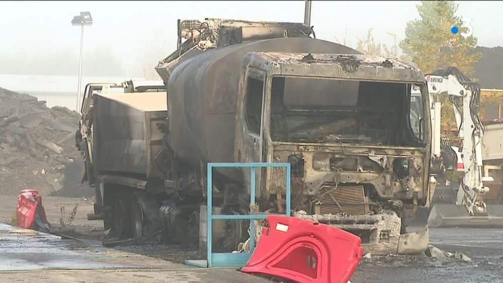 Des libertaires revendiquent l'incendie du site Eiffage de Saint-Martin-d'Hères au nom de la lutte contre une « société carcérale ».Un camion incendié sur le site d'Eiffage de Saint-Martin d'Hères © Capture d'écran vidéo France 3