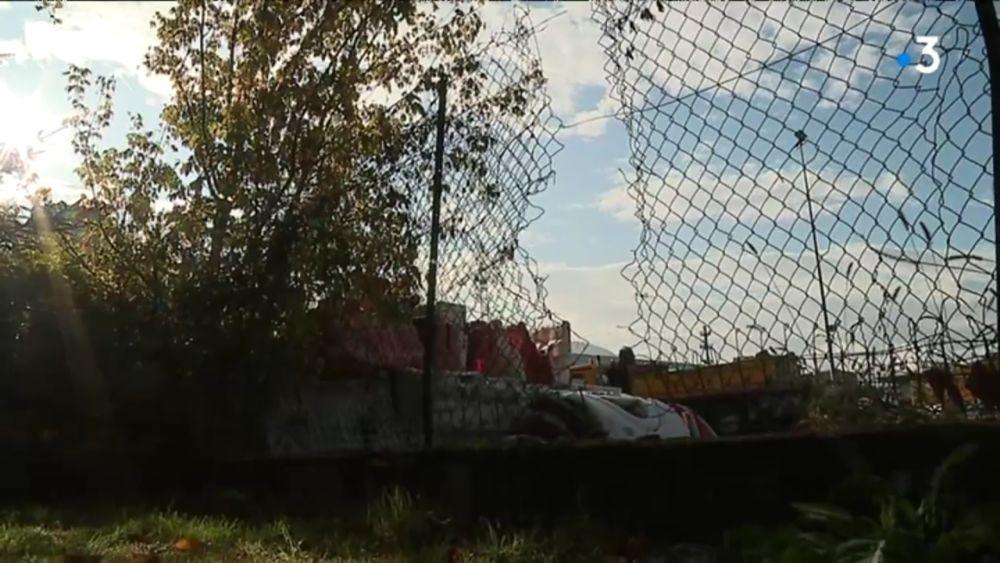 Des libertaires revendiquent l'incendie du site Eiffage de Saint-Martin-d'Hères au nom de la lutte contre une « société carcérale ».Le trou dans le grillage et la multiplicité des départs de feu laissaient clairement penser à une action criminelle © Capture d'écran vidéo France 3