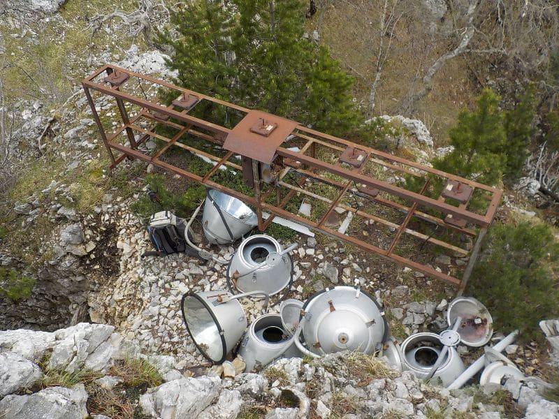 Monceaux de projecteurs obsolètes © Mountain Wilderness