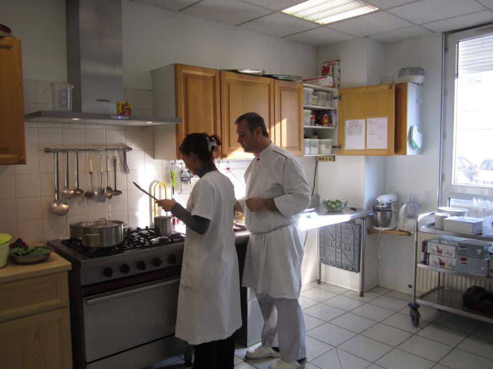 Atelier cuisine à l'Unité éducative d'activités de jour (UEAJ) de Grenoble, dispositif de la PJJ