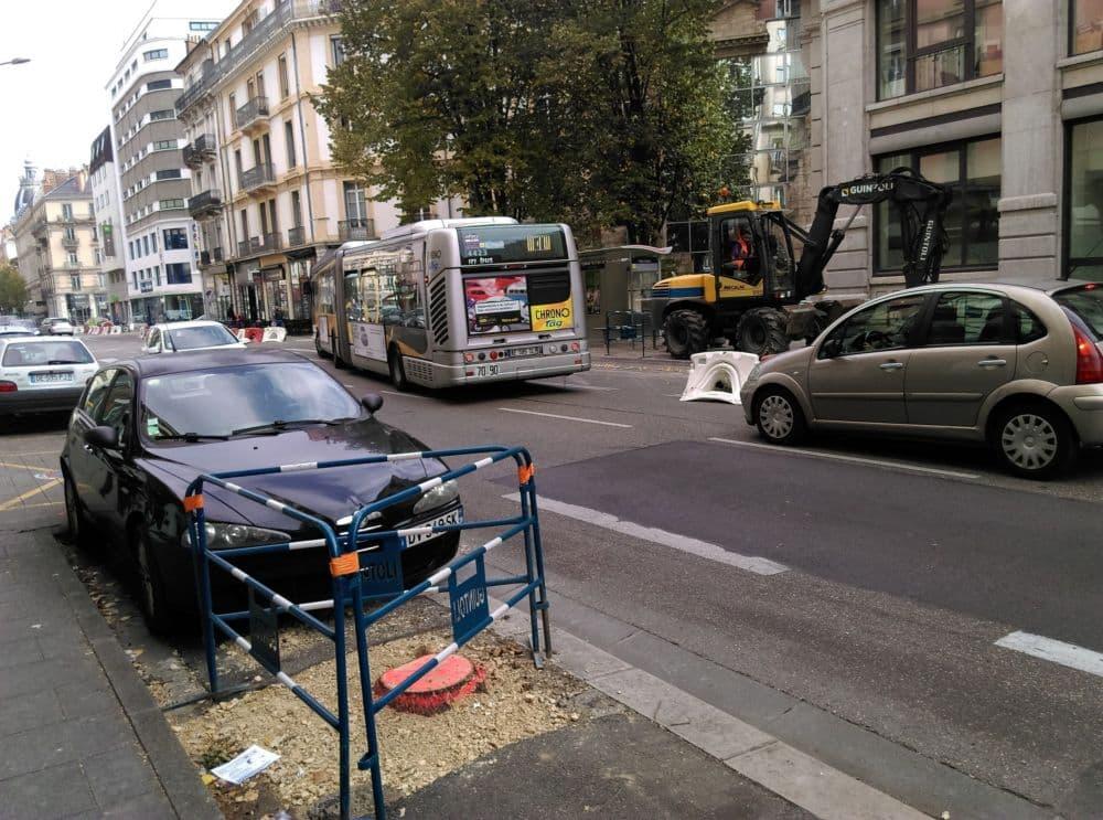 Un tronc coupé avenue Félix Viallet durant les travaux. © Florent Mathieu - Place Gre'net