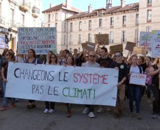 La Marche pour le climat organisée par le collectif Il est encore temps a rassemblé plusieurs milliers de personnes ce samedi 13 octobre à Grenoble.© Joël Kermabon - Place Gre'net