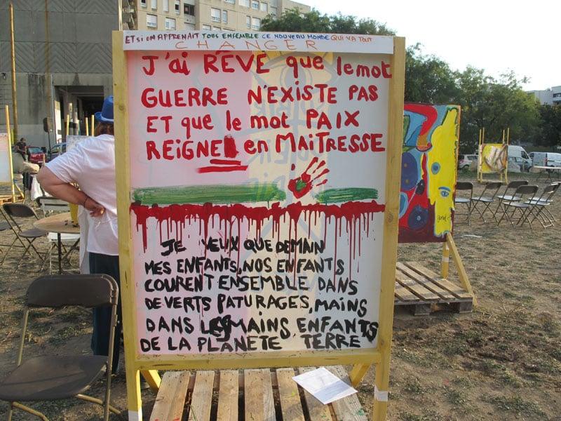Urban expo tableau lettre rouges 2, oeuvre collective pour la semaine de la non violence à la Villeneuve © Séverine Cattiaux - Place Gre'net