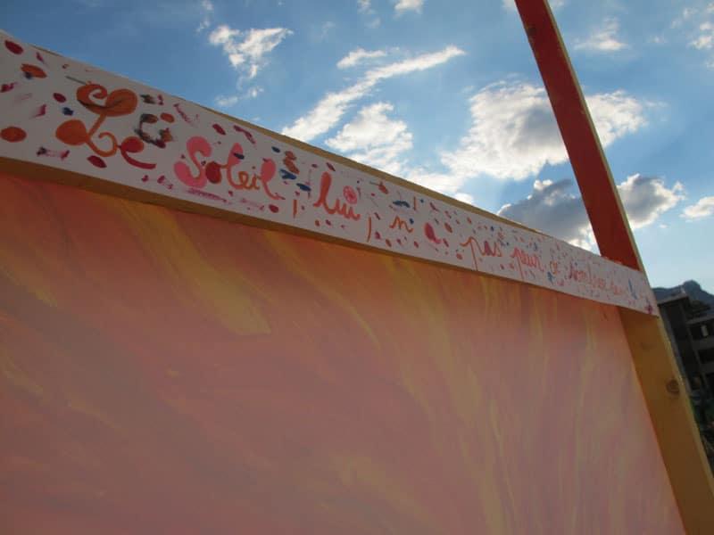 """""""Le soleil lui n'a pas peur de sombrer dans la mer""""Urban expo, oeuvre collective pour la semaine de la non violence à la Villeneuve © Séverine Cattiaux - Place Gre'net"""