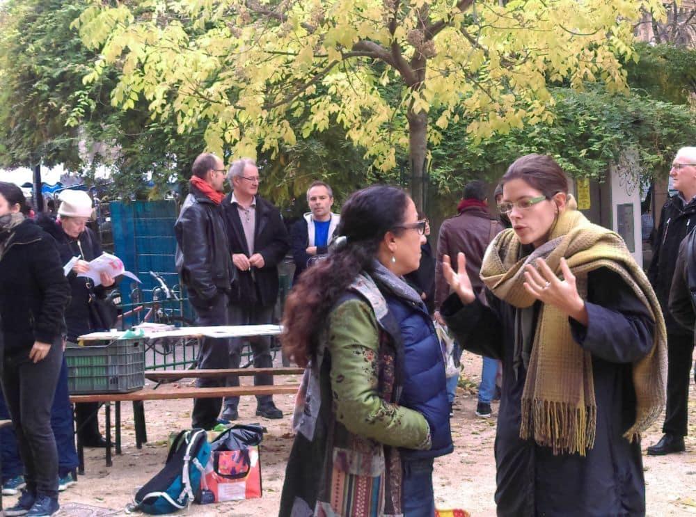 Lucille Lheureux (à droite) défend le projet de la Ville auprès des habitants © Florent Mathieu - Place Gre'net
