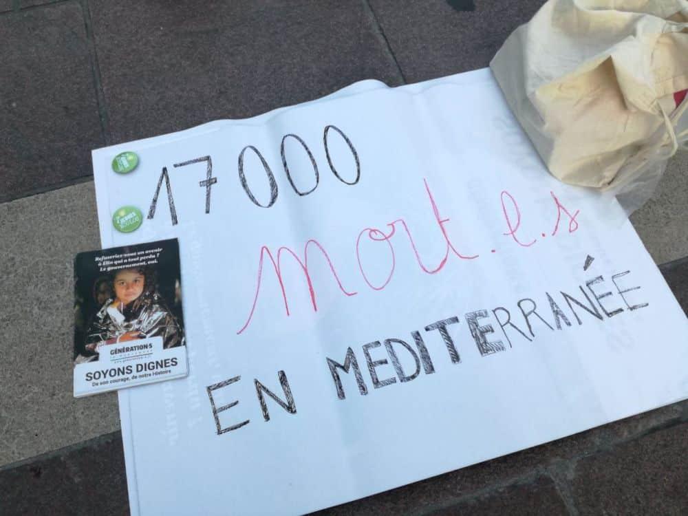Le die-in se tenait en hommage aux migrants décédés en Méditerranée. © Jeunes Génération.s