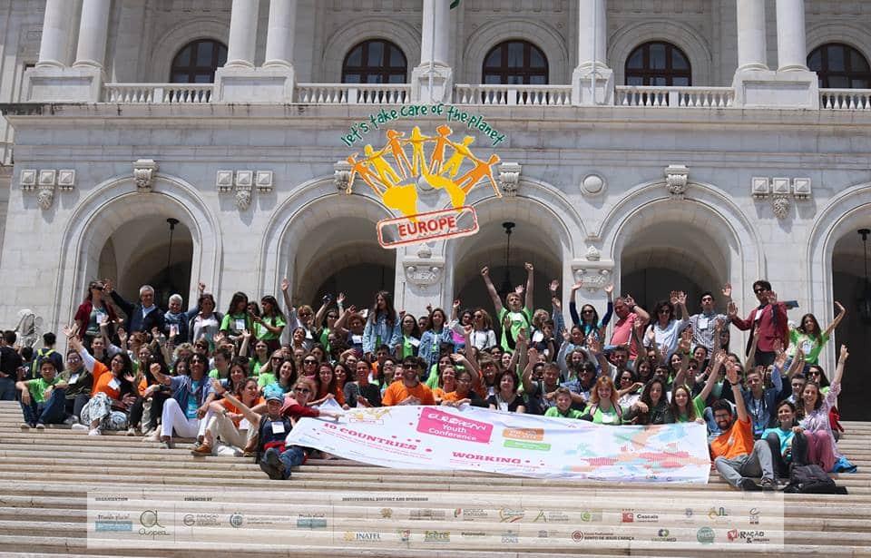 Les huit délégués Rhône-Alpes présents à la Conférence « Prenons soin de la planète » de Lisbonne en mai livrent leur expérience le 5 décembre à Grenoble.Visuel officiel de la Conférence européenne de Jeunes 2018 de Lisbonne © Monde Pluriel