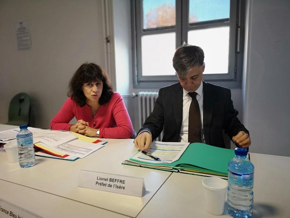 Corinne Gautherin, directrice du DDCS de l'Isère, aux côtés du préfet de l'Isère Lionel Beffre © Joël Kermabon - Place Gre'net