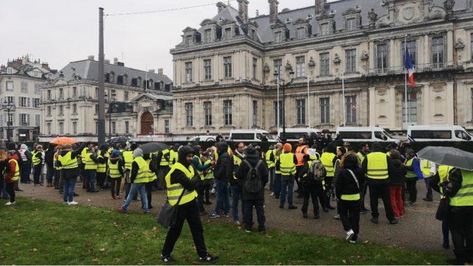 Rassemblement pacifique devant la préfecture de l'Isère du 23 novembre 2018. ©Joël Kermabon - Place Gre'net