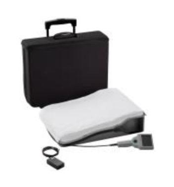 Unité électronique portable et un oreiller spécial contenant une antenne pour effectuer des relevés de pression quotidiens avec le système CardioMEMS HF. © Chuga