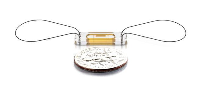 Le capteur miniaturisé CardioMEMS, de la taille d'une pièce de monnaie. © Chuga