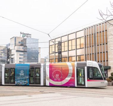 Un tram aux couleurs de l'ESRF pour ses trente ans circule dans Grenoble. © ESRF