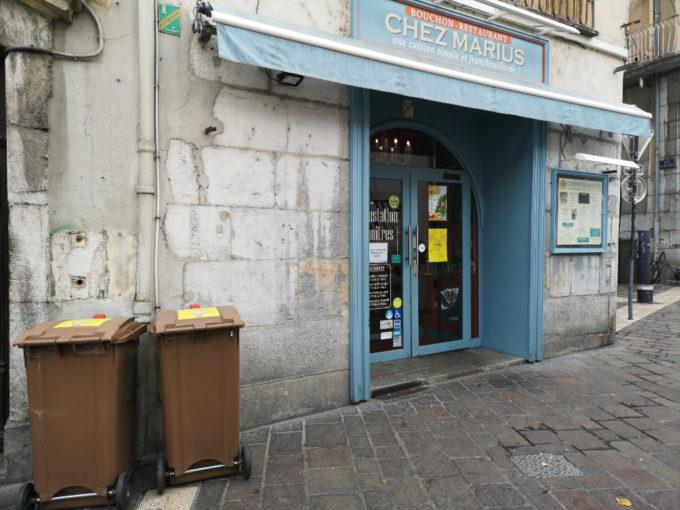"""Des poubelles """"marrons"""" destinées aux déchets alimentaires devant un restaurant de la place Notre Dame à Grenoble. © Joël Kermabon - Place Gre'net."""