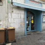 """Des poubelles """"marrons"""" devant un restaurant de la place Notre Dame à Grenoble. © Joël Kermabon - Place Gre'net."""