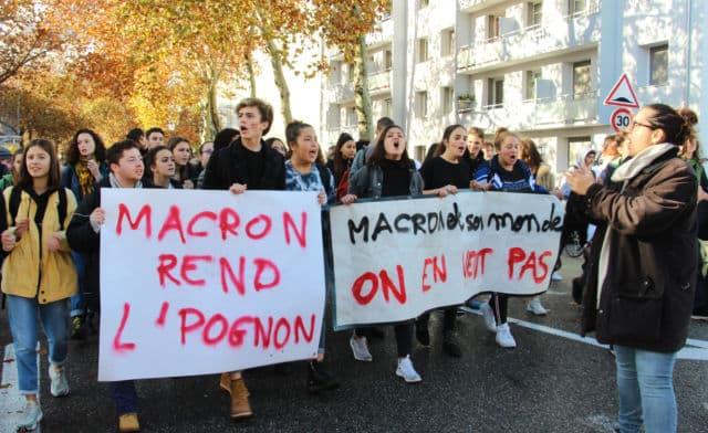 Le mouvement lycéen se durcit à Grenoble. Bilan : six interpellations, une lycéenne gravement blessée au visage et deux policiers légèrement blessés.