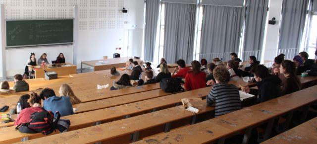 Une petite cinquantaine d'étudiants étaient présents pour discuter du blocage de l'ARSH prévu ce vendredi. © Jules Peyron - placegrenet.fr