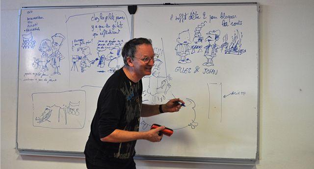 Jacques Sardat alias Cled'12, initie les élèves d'une classe de Première du lycée Vaucanson au dessin de presse. © Lycée Vaucanson