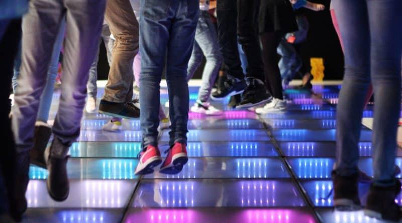 Avec le Dancefloor énergie, les danseurs produisent eux-mêmes l'éclairage de la piste de danse en fonction du rythme de leurs pas. DR