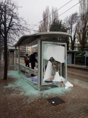 Abri-bus cassé devant la MC2 @ Sacha Magnani - placegrenet.fr