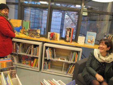 """Corinne Bernard et Isabelle Weestel, lors de la visite du nouveau relais lecture créé à la suite de de la fermeture de la bibliothèque de quartier Hauquelin. Installé à la bibliothèque du musée de Grenoble, le relais lecture a été baptisé """"Espace lecture, arts et jeunesse"""" © Séverine Cattiaux - placegrenet.fr"""