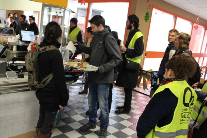 Pendant une dizaine de minutes, les étudiants sont passés par la caisse des restaurants universitaires sans payer. © Jules Peyron - placegrenet.fr