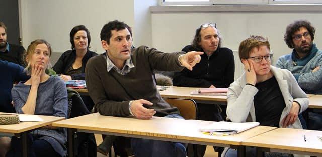 Au milieu, Jonathan Larabie alias Lara, dessinateur de presse grenoblois qui travaille notamment pour Le Canard Enchaîné. © Jules Peyron - placegrenet.fr