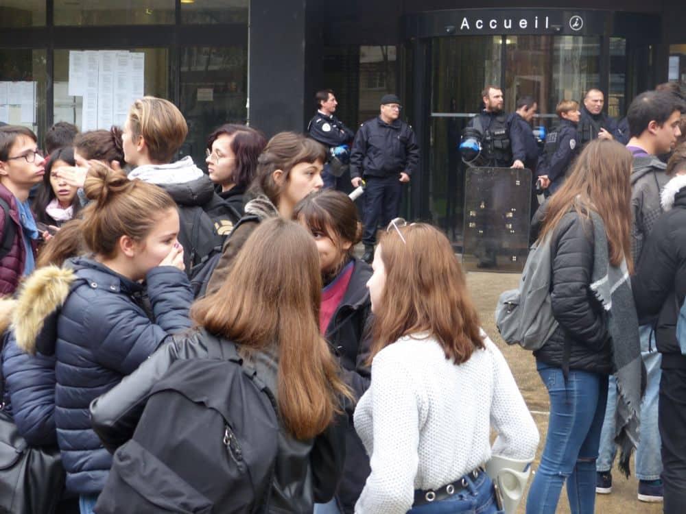 Face à une centaine de lycéens, le Rectorat de Grenoble était sous bonne garde policière © Florent Mathieu - Place Gre'net