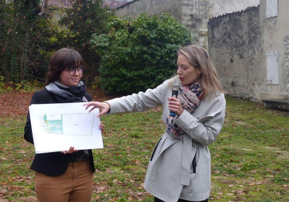 Au micro, Caroline Dugand, conservatrice du Musée Champollion, décrit les aménagements qui seront réalisés au sein d'une maison familiale aujourd'hui vétuste © Florent Mathieu - Place Gre'net