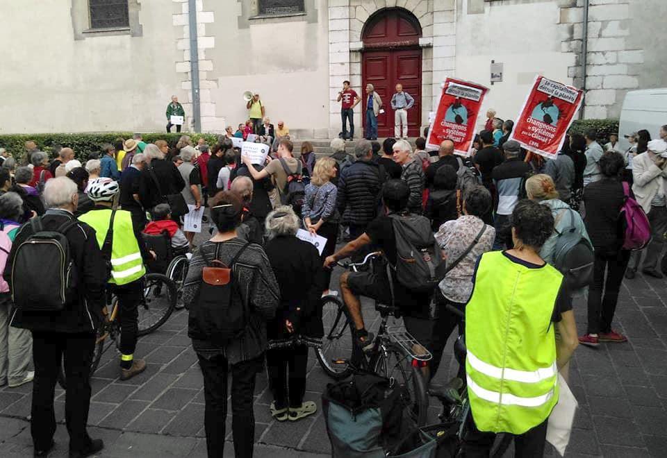 Rassemblement des Coquelicots à Grenoble le 5 octobre 2018. Les gilets jaunes n'étaient pas encore symbole de contestation. © Florent Mathieu - Place Gre'net