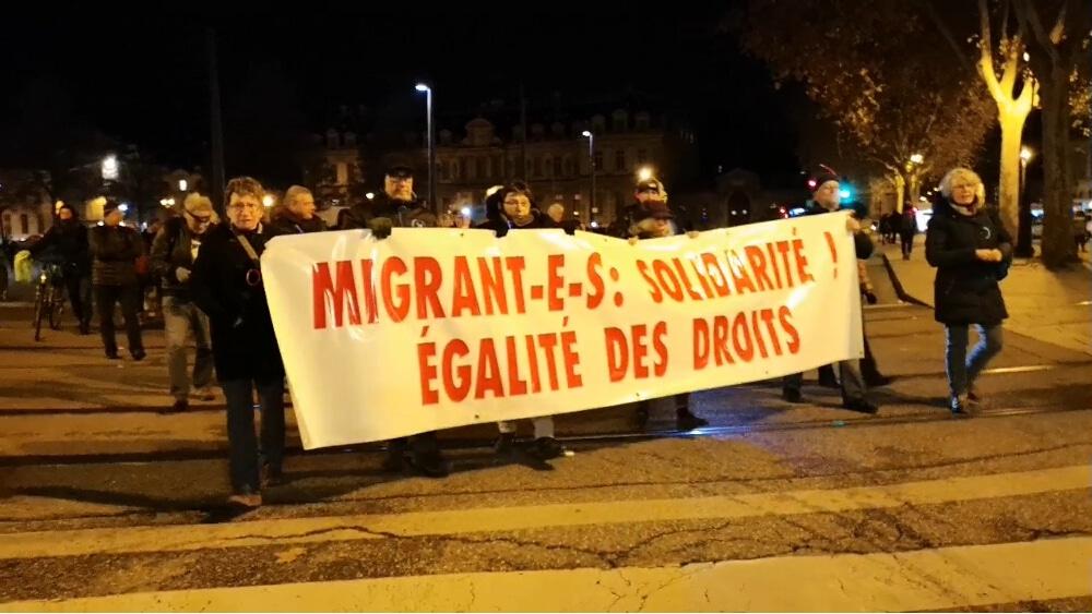Les associations d'aide aux migrants de Grenoble critiquent vertement les annonces du gouvernement concernant les orientations en matière d'immigration.Manifestation à Grenoble lors de la Journée internationale des Migrants, décembre 2018 © Joël Kermabon - Place Gre'net