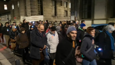 Plusieurs centaines de personnes ont participé à une marche des lumières à Grenoble ce 18 décembre à l'occasion de la Journée internationale des migrants.© Joël Kermabon - Place Gre'net