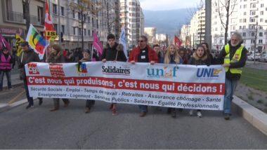 """L'appel à la grève du 14 décembre avait également mené à l'annulation de la restauration scolaire à Grenoble. De nombreuses """"Blouses bleues"""" y ayant participé. © Joël Kermabon - Place Gre'net"""