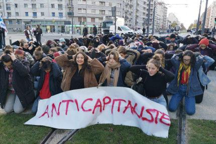 Les lycéens à genoux et mains sur la tête. © Joël Kermabon - Place Gre'net