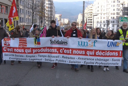 Plusieurs centaines de personnes ont défilé à Grenoble ce vendredi 14 décembre pour obtenir de meilleurs salaires et pensions à l'appel de cinq syndicats.© Joël Kermabon - Place Gre'net