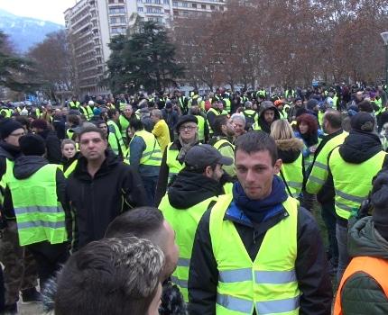 Plusieurs centaines de personnes rassemblées dès 9 h du matin parc Paul Mistral © Joël Kermabon - Place Gre'net